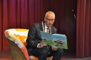 Aftrap BoekStartkaravaan in Nijkerk 22 mei 2013, de burgemeester leest voor, foto Studio Nijkerk.nl