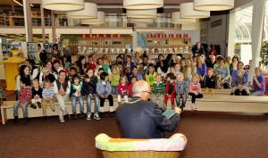 Aftrap BoekStartkaravaan in Nijkerk 22 mei 2013, de hele zaal luistert aandachtig naar de burgemeester die voorleest, foto Studio Nijkerk.nl