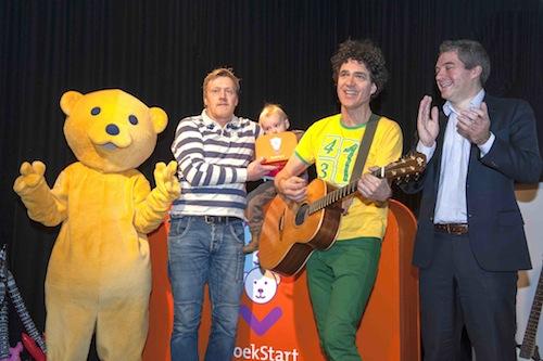 De BoekStartbeer, Rafa en zijn vader, Dirk Scheele en wethouder Erik Boog