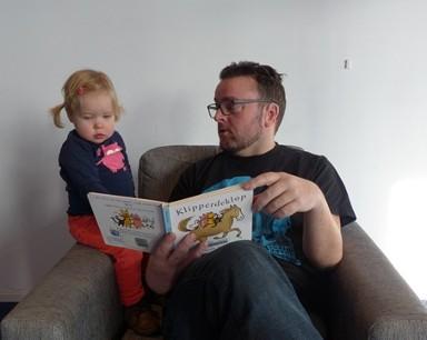 Lees hier het persbericht Vaders Voor Lezen met Arie Koomen