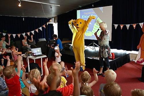 Tineke Fietje opent de BoekStartkaravaan samen met de BoekStartbeer