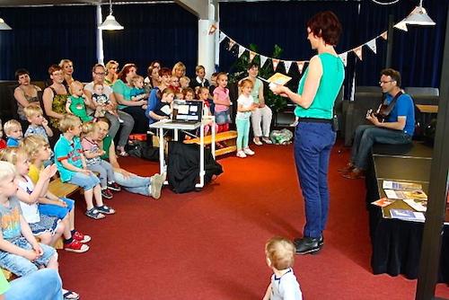 Ageeth de Haan zingt liedjes uit het boekje 'Kleine Ezel'