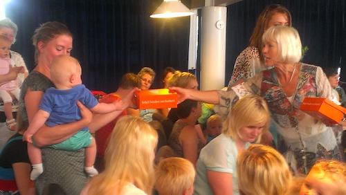 Tineke Fietje reikt het BoekStartkoffertje uit aan het 1.000e babylid