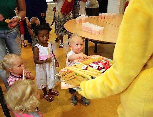 De kinderen krijgen een lekker koekje van de BoekStartbeer
