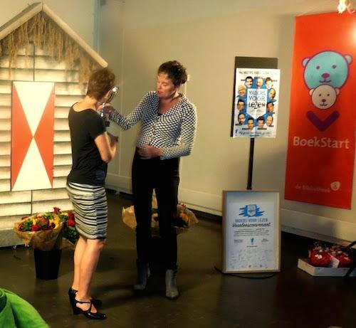Gerlien van Dalen (Stichting Lezen) overhandigt de bokaal aan Babette Granberg
